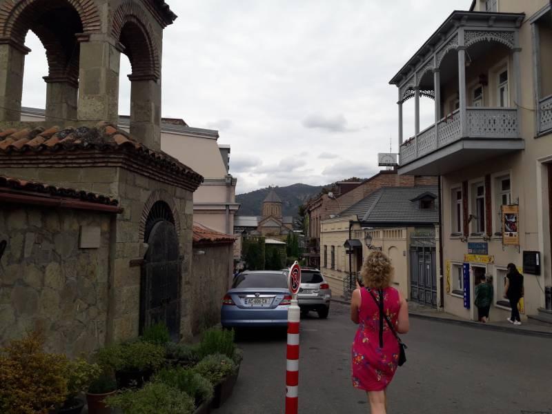 Старый город Тбилиси Девушка в красном