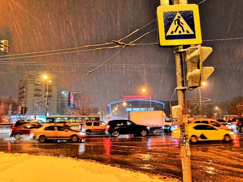 Декабрь, Москва, утро, идёт дождь со снегом.